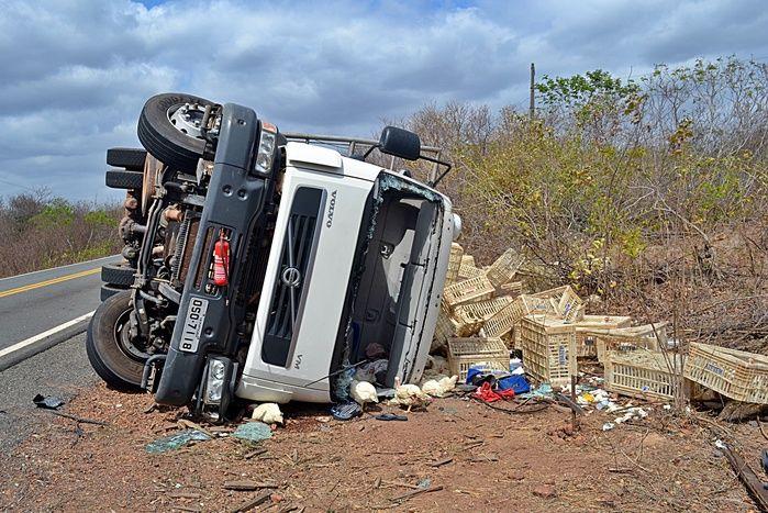 1 Caminhão com seis toneladas de frango tomba na BR-402 e deixa três feridos no povoado Camurupim