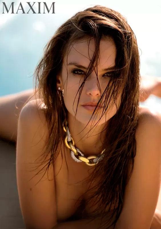 1 Modelo Alessandra Ambrósio posa totalmente sem roupa em ensaio