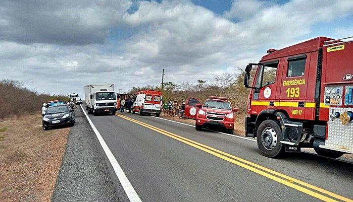 2 Caminhão com seis toneladas de frango tomba na BR-402 e deixa três feridos no povoado Camurupim