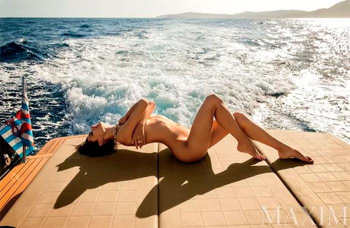 3 Modelo Alessandra Ambrósio posa totalmente sem roupa em ensaio