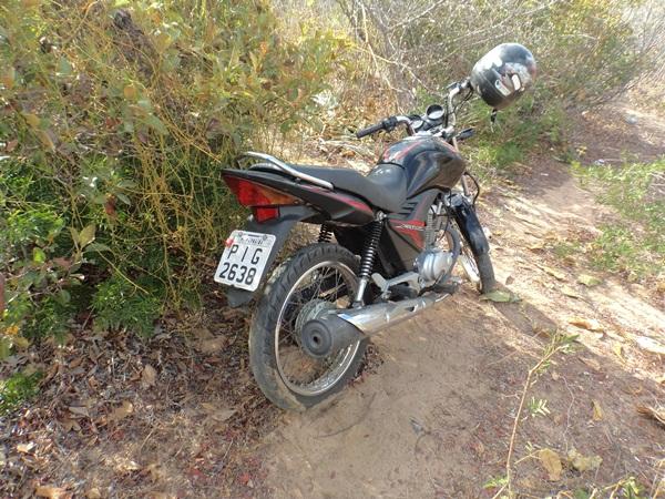 3 Moto tomada de assalto é encontrada abandonada no barreiro em Parnaíba