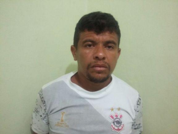 3 Polícia prende cinco homens com drogas e dinheiro dentro de carro