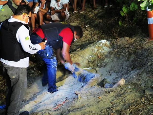 Homem é encontrado morto e enterrado com a cabeça de fora