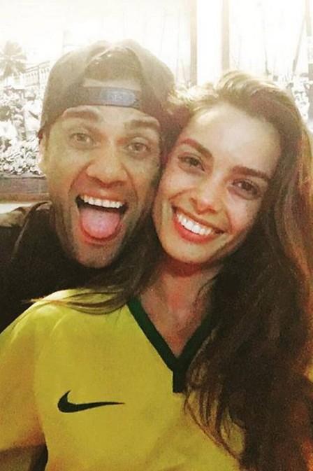 """Namorada espanhola de Daniel Alves vibra pelo Brasil: Hoje é dia"""""""