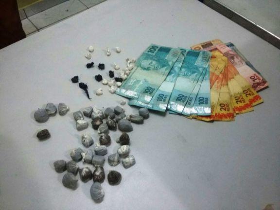 Polícia prende cinco homens com drogas e dinheiro dentro de carro em Parnaíba