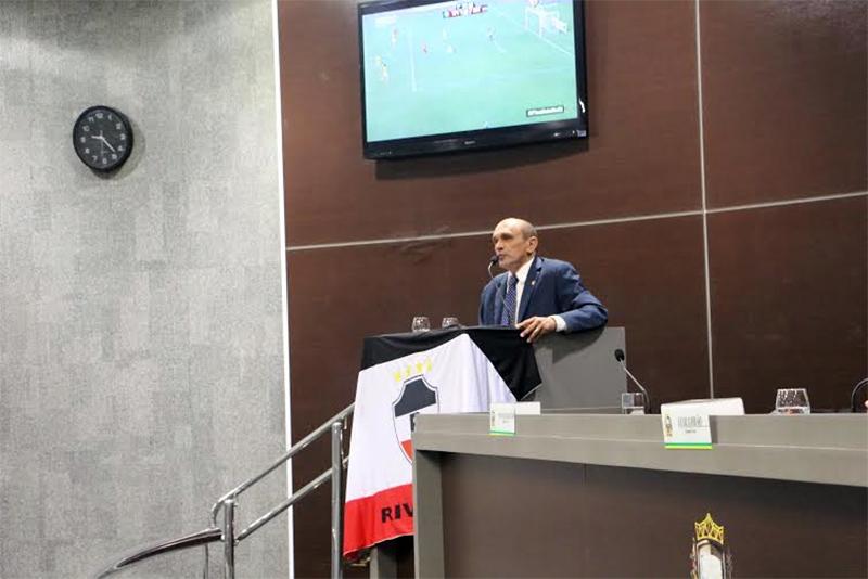 O vereador Antonio Aguiar (PROS), durante pronunciamento em que propôs a entrega do título de cidadania a Flávio Araújo e a realização da sessão solene alusiva à brilhante campanha do River em 2015 (Foto: Ascom)