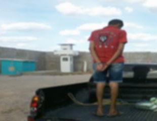 Homem preso por agredir sua esposa com pedaço de pau é levado para o presídio
