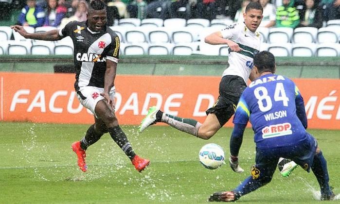 Vasco fica no 0 a 0 com o Coritiba e é rebaixado pela 3ª vez no Brasileiro