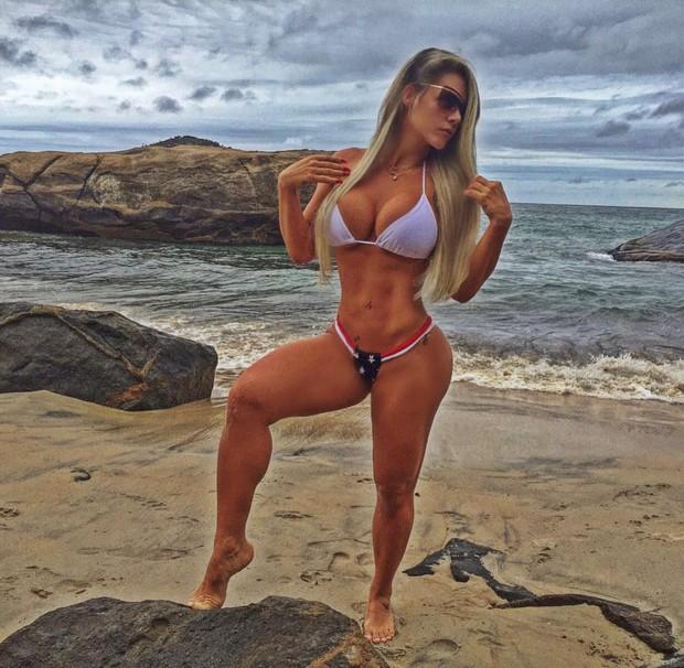 Denise Rocha posta várias fotos mostrando corpo perfeito de biquíni_02