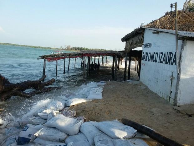 Erosão marinha e dunas ameaçam casas e bares na Praia de Macapá