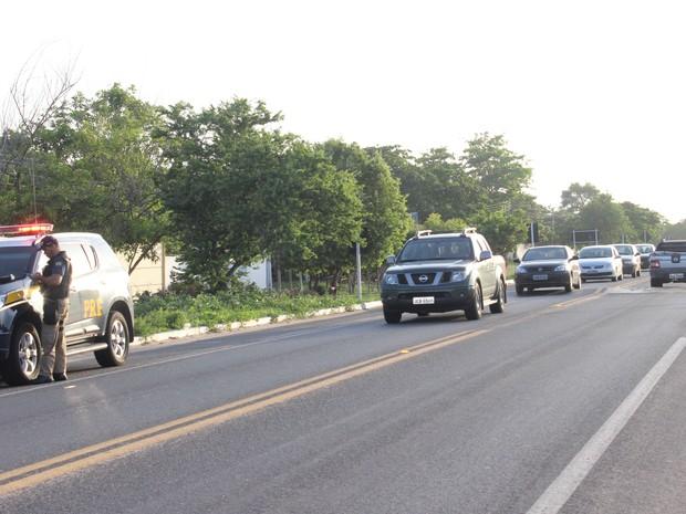 Fluxo de veículos é intenso na BR-343 após o fim do carnaval