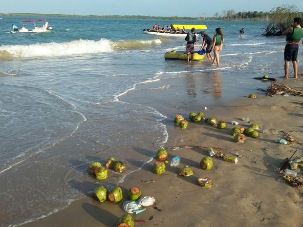 Praia de Macapá fica castigada com lixo após a folia de Carnaval