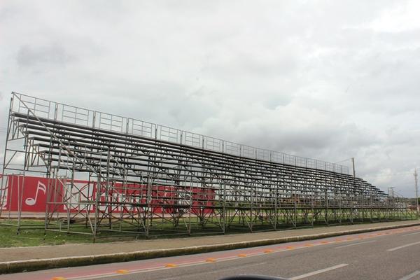 Prefeitura de Parnaíba estrutura arquibancadas na Central da Folia