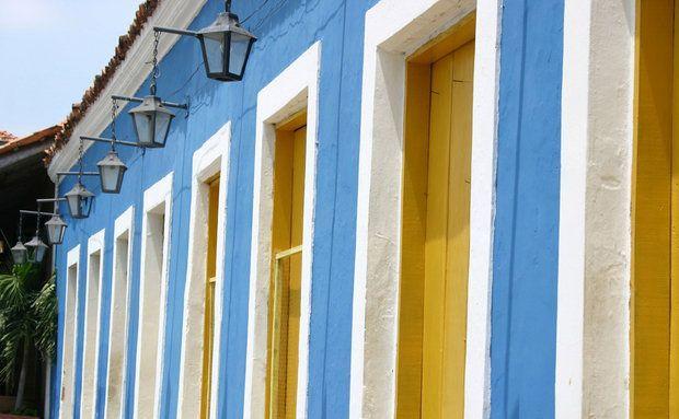 O conjunto Porto das Barcas, na beira do Rio Igaraçu, tem prédios dos séculos 18 e 19 com bares, restaurantes e lojas de artesanato