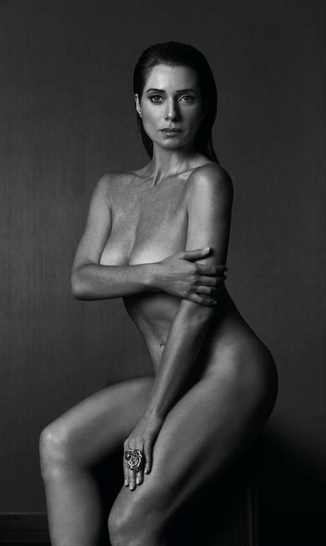 Atriz Letícia Spiller posa nua e exibe corpo perfeito aos 42 anos: 'É a arma da sedução'
