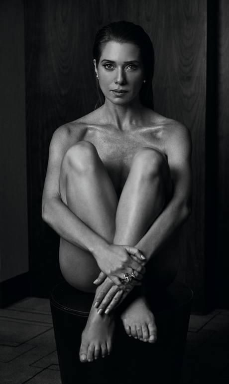Atriz Letícia Spiller posa nua e exibe corpo perfeito aos 42 anos: 'É a arma da sedução'_03