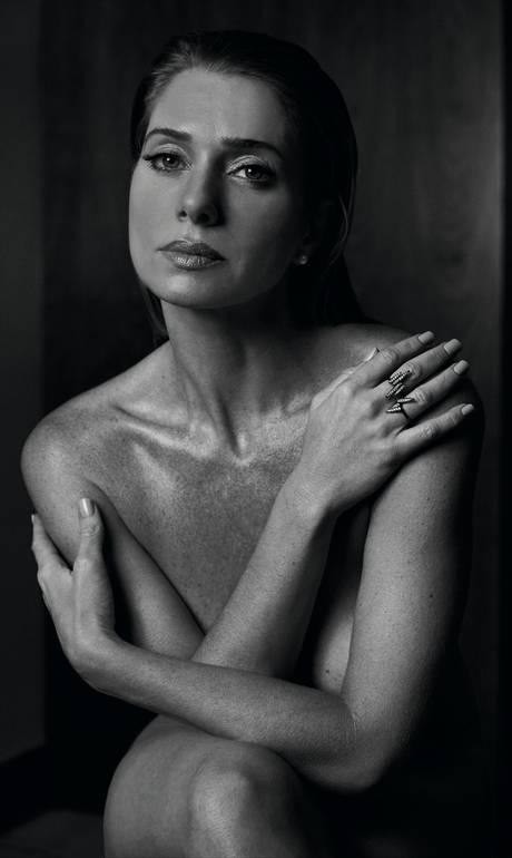 Atriz Letícia Spiller posa nua e exibe corpo perfeito aos 42 anos: 'É a arma da sedução'_04
