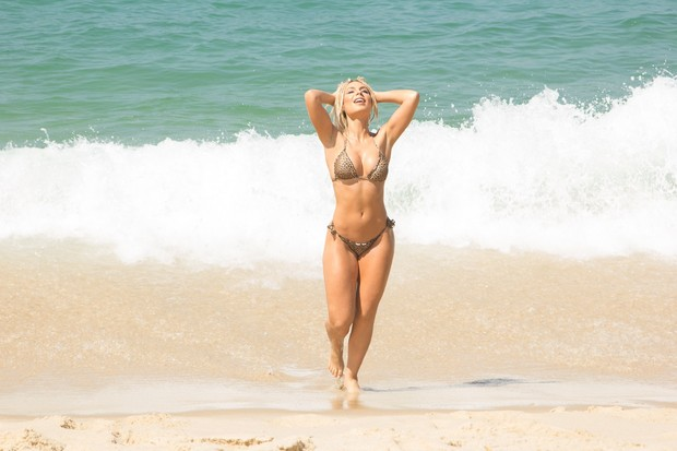 Fernanda Lacerda, a Mendigata, exibe suas belas curvas em praia