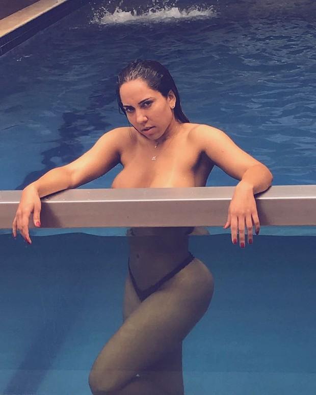 Mulher Melão faz topless em motel em Cuiabá e escreve: 'Vamos curtir uma piscina'