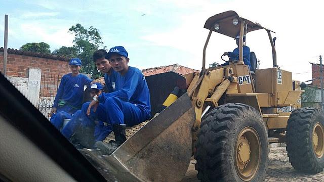Em Parnaíba, trabalhadores da limpeza pública são transportados na concha de uma Pá Carregadeira