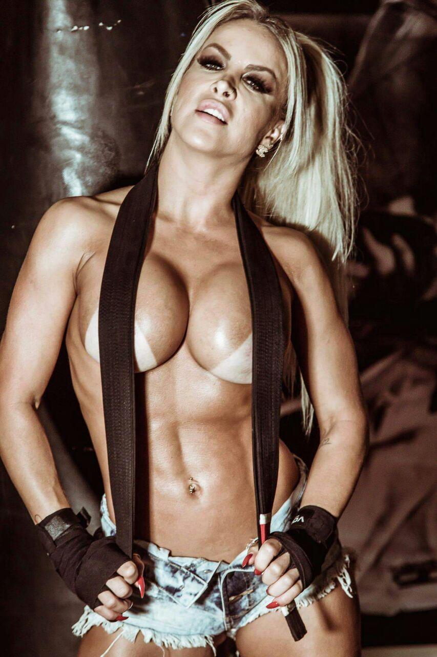 Dayse Brucieri posa de boxeadora sexy e pergunta: 'Quem não gosta de uns tapinhas na hora do sexo?'. VEJA FOTOS!