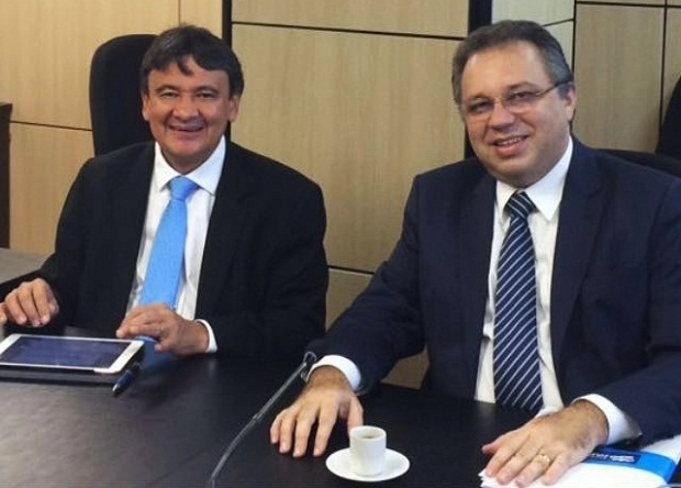 Em reuniões separadas com Francisco Costa e Florentino Neto, governador decide pela troca na Saúde