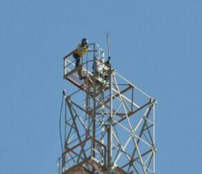 Homem sobe em torre de telefonia e diz que só desce quando Temer renunciar