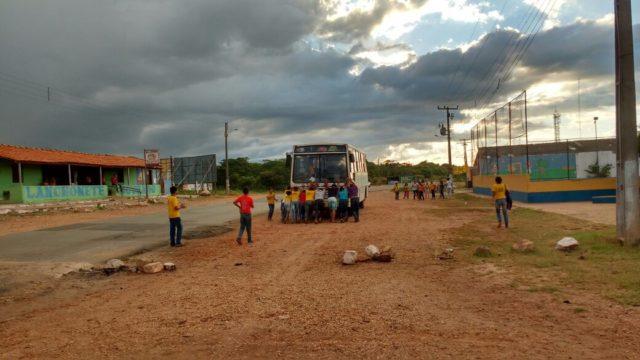 Em Araioses, alunos precisam empurrar ônibus escolar para voltar pra casa