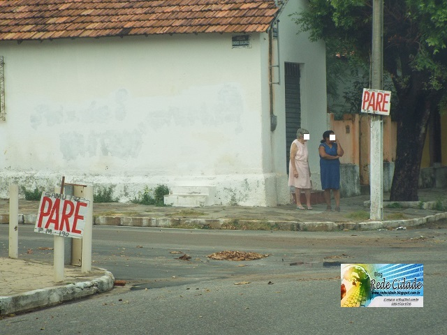 População improvisa placas em cruzamento perigoso no bairro Campos