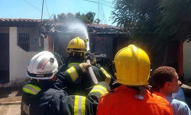 Incêndio destrói casa e carro em Parnaíba; homem sofre queimaduras