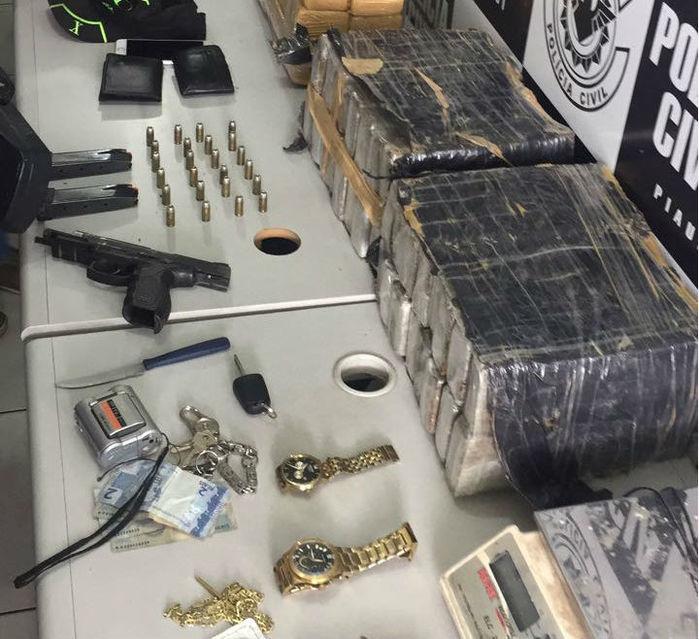 Sargento da Polícia Militar é preso em posse de 64 tabletes de maconha, dinheiro e armas