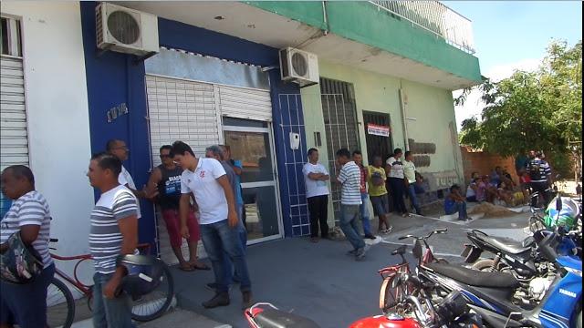 SEM RECEBER E DEMITIDOS: Trabalhadores da Prefeitura de Parnaíba protestam