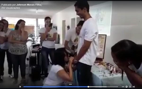Professora causa polêmica ao colocar uma camisinha com a boca em universidade da Bahia; Veja o vídeo!
