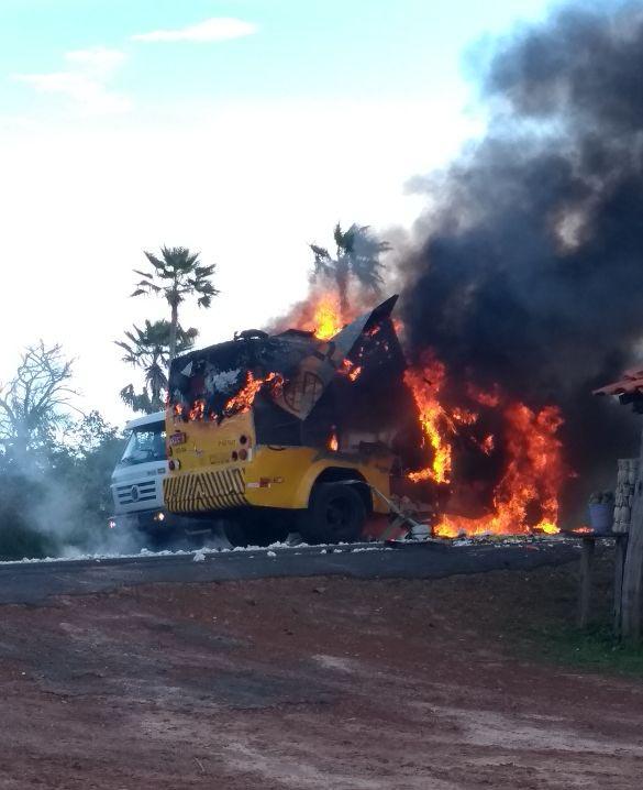 Bandidos explodem dois carros-fortes na BR-343 em ações simultâneas
