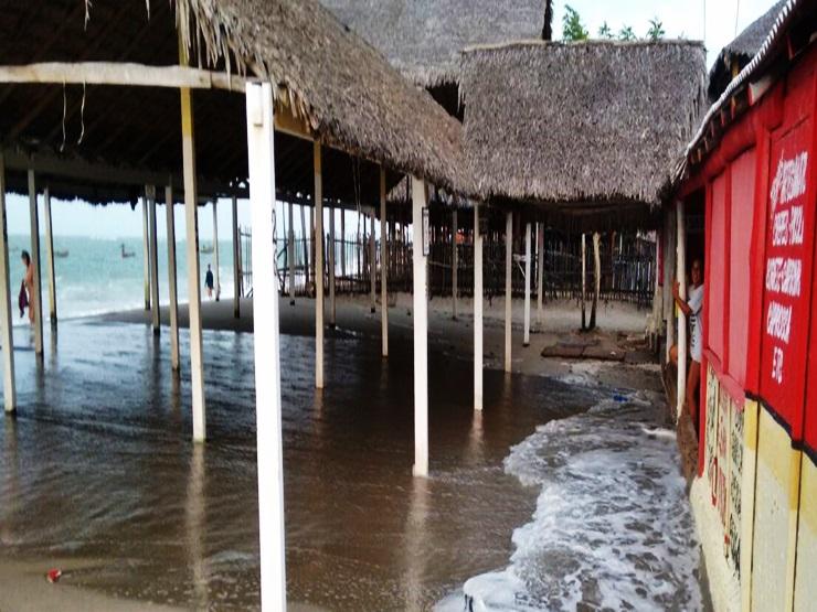 Ondas invadem várias barracas na praia de Barra Grande