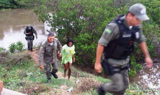 Mulher com transtornos mentais é resgatada pela polícia nua em mangue