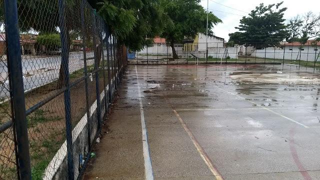 Populares denunciam abandono de quadra de esportes no Bairro Santa Luzia