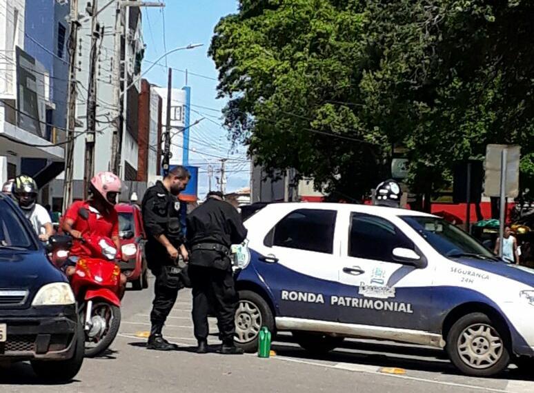 O RETRATO DO ABANDONO: Viatura da Ronda Patrimonial da Prefeitura de Parnaíba fica sem gasolina no meio da rua