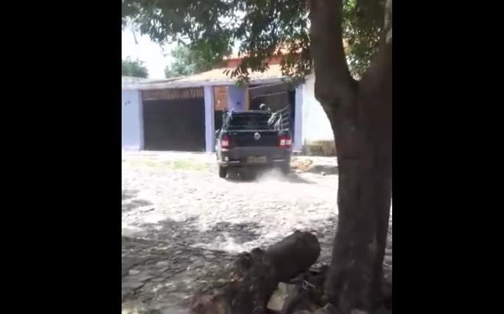 Transtornado Homem invade casa do vizinho com carro e agride policial militar em Parnaíba; Veja o Vídeo!