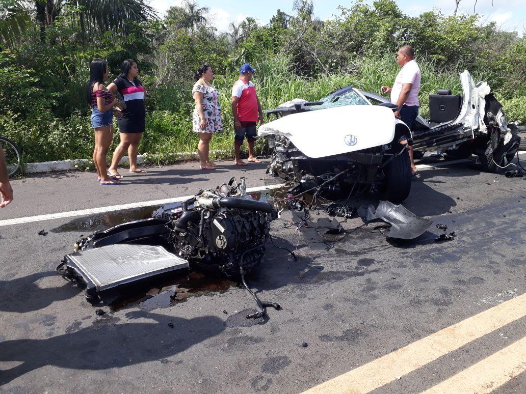 Carro incendeia após colisão e duas pessoas morrem na BR-343; Vejas as imagens!