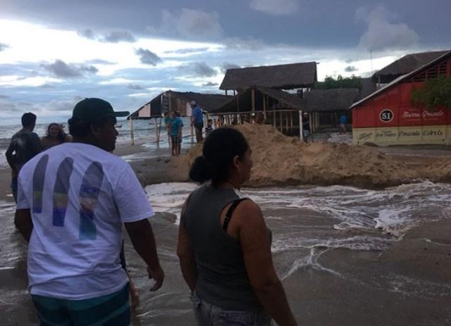 Ressaca atinge litoral e mar invade barracas em Barra Grande