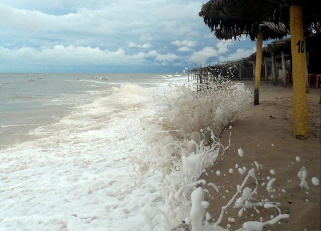 PERIGO: Banhistas expostos ao perigo na praia da Pedra do Sal