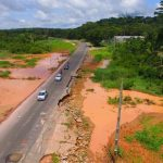 Acostamento da BR 343 desaba e PRF interdita via em Teresina