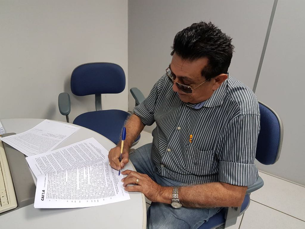 Prefeito de Cajueiro da Praia assina contrato na Caixa Econômica para a construção de uma praça na Comunidade Barrinha