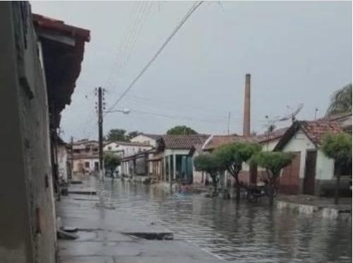 Morador usa caiaque para transitar em rua alagada de Parnaíba e vizinho faz vídeo
