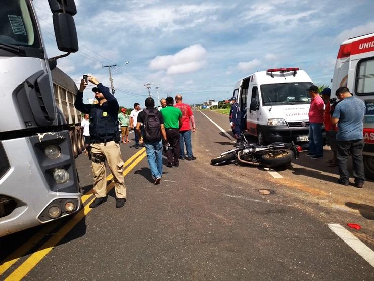 Colisão entre caminhão e moto mata jovem na BR-343, em Parnaíba