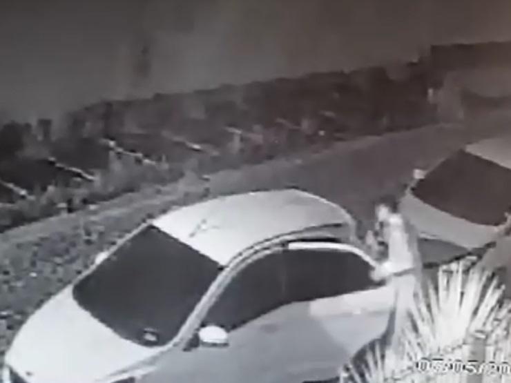 Mulher é vítima de furto ao ter a trava do carro bloqueada; Veja o vídeo