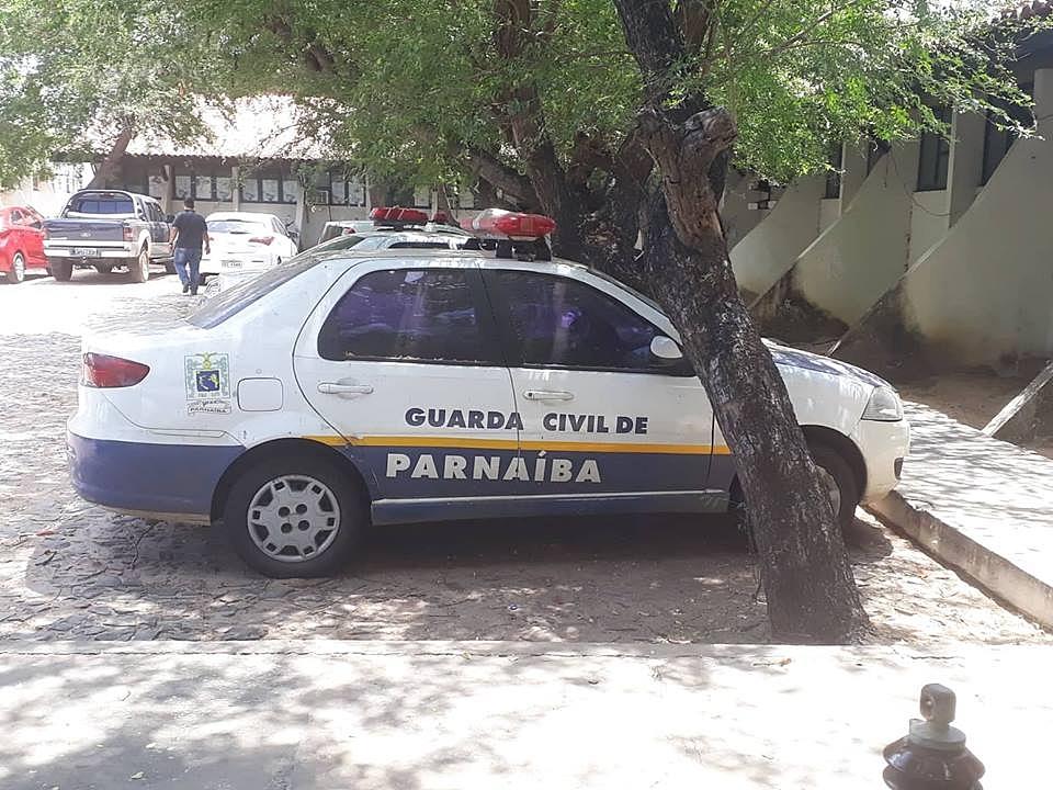 Viatura da Guarda Municipal está abandonada no pátio da Prefeitura de Parnaíba