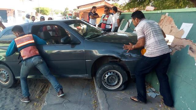 Motorista colide veículo em muro da Escola Dr. João Silva Filho, no bairro Piauí