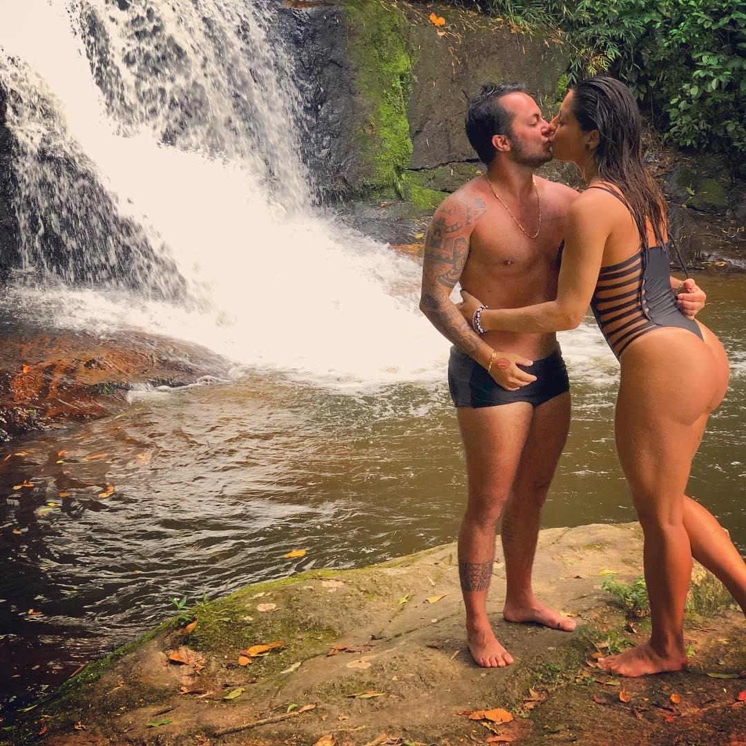 Thammy Miranda beija esposa em cachoeira e fala sobre filho: 'Em breve o fruto desse amor'